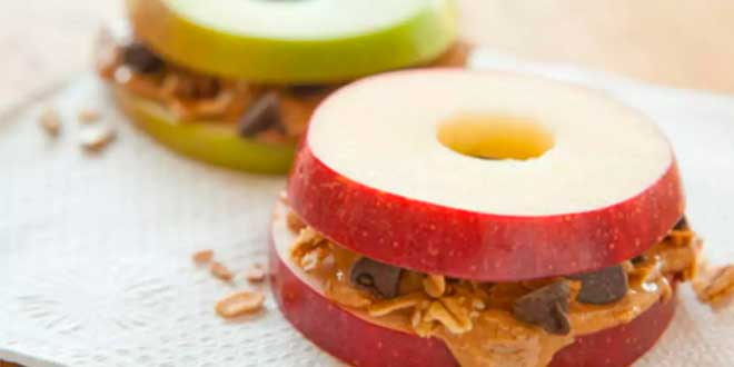 Manzana con Mantequilla de Almendra y Crumps de Chocolate