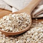 Cuchara de madera con cereal de avena
